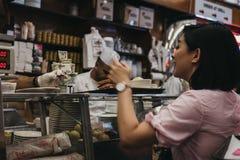 Klienci czekać na jedzenie przy kontuarem w Katz delikatesach w Nowym obraz stock