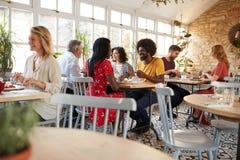 Klienci je przy ruchliwie restauracją w dnia czasie fotografia royalty free