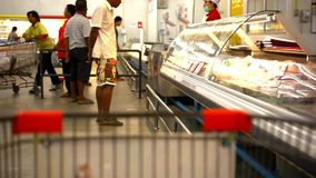 Klienci kupują produkty przy kasą i zdjęcie wideo