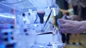 Klienci Kupuje Organicznie Kosmetycznych produkty w supermarkecie 4K, zakończenia Up ręki i produkty, zdjęcie wideo