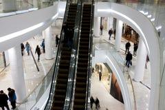 Klienci na poziomach centrum handlowe Fotografia Stock
