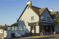 Klienci pije przy stołowym na zewnątrz wioska pubu przy Groomsport w okręgu administracyjnego puszku Północnym - Ireland obraz stock