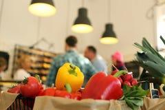 Klienci przy sklepem spożywczym Fotografia Stock