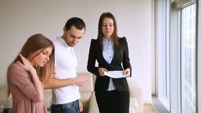 Klienci spotyka pośrednik w handlu nieruchomościami, płaski viewing, wynajmowania kupienia mieszkanie zdjęcie wideo