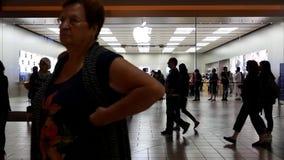 Klienci uszeregowywali na zewnątrz Apple Store kupować słusznego uwalniającego iPhone 7, 7 plus i zbiory wideo