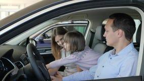 Klienci w samochodowym handlowu, nowa maszyna dla rodziny, współmałżonkowie mówją zbiory wideo