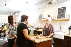Klienci w sklep z kawą Obrazy Royalty Free