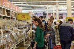 Klienci w sklepu spożywczego dziale wielki supermarket Zdjęcia Stock