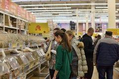 Klienci w sklepu spożywczego dziale wielki supermarket Obrazy Royalty Free