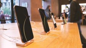 Klienci wchodzić do Apple Store kupować nowego opóźnionego iPhone XS smartphone zbiory wideo