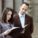 Klient betriebsbereit, das Abkommen zu kennzeichnen lizenzfreie stockfotografie