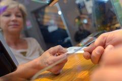 Klient bierze bilet spod szklanego lągu obraz royalty free