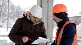 Klient, biznesowy mężczyzna, dyskutuje budowę jego nowy centrum handlowe z inżynierem i architektem zbiory wideo