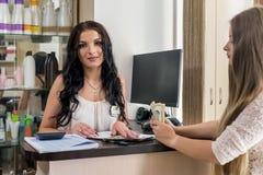 klient daje dolarom recepcjonista w salonie zdjęcie royalty free