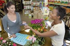 Klient Daje Kredytowej karcie kobieta Fotografia Stock