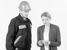 Klient daje pieniądze repairman, budowniczy, mechanik z toolbox zdjęcia royalty free