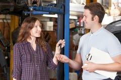 Klient Daje samochodów kluczom garażu mechanik zdjęcia stock