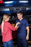 Klient Daje samochodu kluczowi mechanik Obrazy Stock