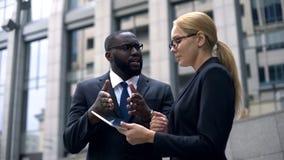 Klient damy przekonywujący inwestor projekt dochodowość, przedstawienie dochód na pastylce obrazy royalty free