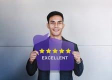Klient Doświadcza pojęcie Szczęśliwy klient Pokazuje Pięć gwiazd Oszacowywa i pozytywu przegląd zdjęcia royalty free