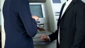 Klient för bankanställdvisning på minnestavlan hur man återtar kassa- och lönräkningar direktanslutet fotografering för bildbyråer