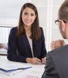 Klient i żeński pieniężny agent w dyskusi przy biurkiem Zdjęcie Royalty Free