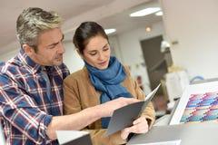 Klient i drukowy pracownik kontroluje ilość obrazy stock