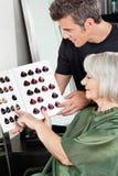 Klient I fryzjer Wybiera Włosianego kolor obraz royalty free