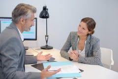 Klient i konsultant ma dyskusję obraz stock