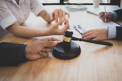 Klient i prawnik siedzącego puszka spotkanie w cztery oczy dyskutować legalnego obrazy royalty free