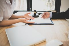 Klient i prawnik siedzącego puszka spotkanie w cztery oczy dyskutować legalnego obrazy stock