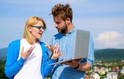 Klient i projektant dyskutuje projekt Internetowy sprawozdania pojęcie Online dostęp Mobilny internet daje możliwości fotografia royalty free
