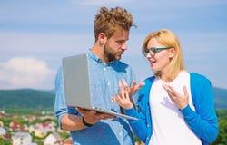 Klient i projektant dyskutuje projekt Internetowy sprawozdania poj?cie Online dost?p Mobilny internet daje mo?liwo?ci zdjęcie stock