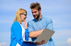 Klient i projektant dyskutuje projekt Mężczyzna przedstawia jego projekt klient plenerowy Internetowy sprawozdania pojęcie Online obrazy royalty free