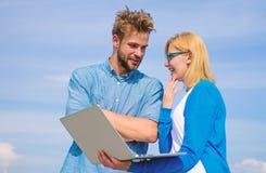 Klient i projektant dyskutuje projekt Mężczyzna przedstawia jego projekt klient plenerowy Internetowy sprawozdania pojęcie Online obraz stock