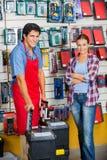 Klient I sprzedawca Z Narzędziowymi skrzynkami W sklepie Zdjęcie Stock