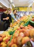 Klient I sprzedawczyni Wybiera Świeże owoc W sklepie spożywczym zdjęcia stock