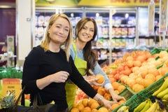 Klient I sprzedawczyni Wybiera Świeże pomarańcze W sklepie zdjęcie stock