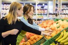 Klient I sprzedawczyni Wybiera Świeże pomarańcze W sklepie spożywczym obraz stock