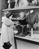 Klient i urzędnik w sklepie odzieżowym (Wszystkie persons przedstawiający no są długiego utrzymania i żadny nieruchomość istnieje Fotografia Royalty Free