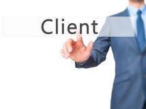 Klient - knapp för trycka på för affärsmanhand på pekskärminterf royaltyfri bild
