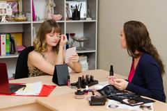 Klient konsultacja na kolorze ocienia powieki Fotografia Royalty Free