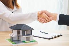 Klient lub kobieta mówimy tak podpisywać pożyczkowego kontrakt dla kupować nowego h zdjęcia royalty free