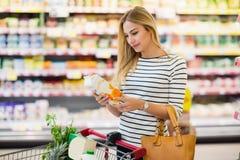 Klient ogląda owocowego soku butelkę w supermarkecie Zdjęcie Stock