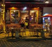 Klient opiera w drzwi Le Consulat restauracja w Paryż obrazy royalty free