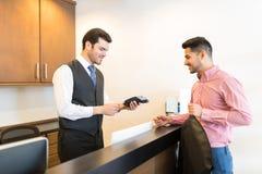 Klient Płaci Przez karty kredytowej Przy Do wynajęcia sklepem zdjęcie royalty free