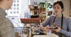 Klient płaci sprzedaże pomocnicze dla robić zakupy zdjęcie wideo