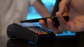 Klient płaci dla robić zakupy z bitcoin używać jego smartphone app w sklepie zdjęcie wideo