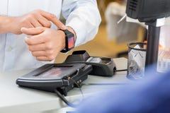 Klient Płaci Przez Smartwatch Przy kontuarem Wewnątrz