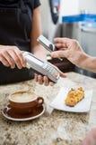 Klient Płaci używać NFC zdjęcia stock